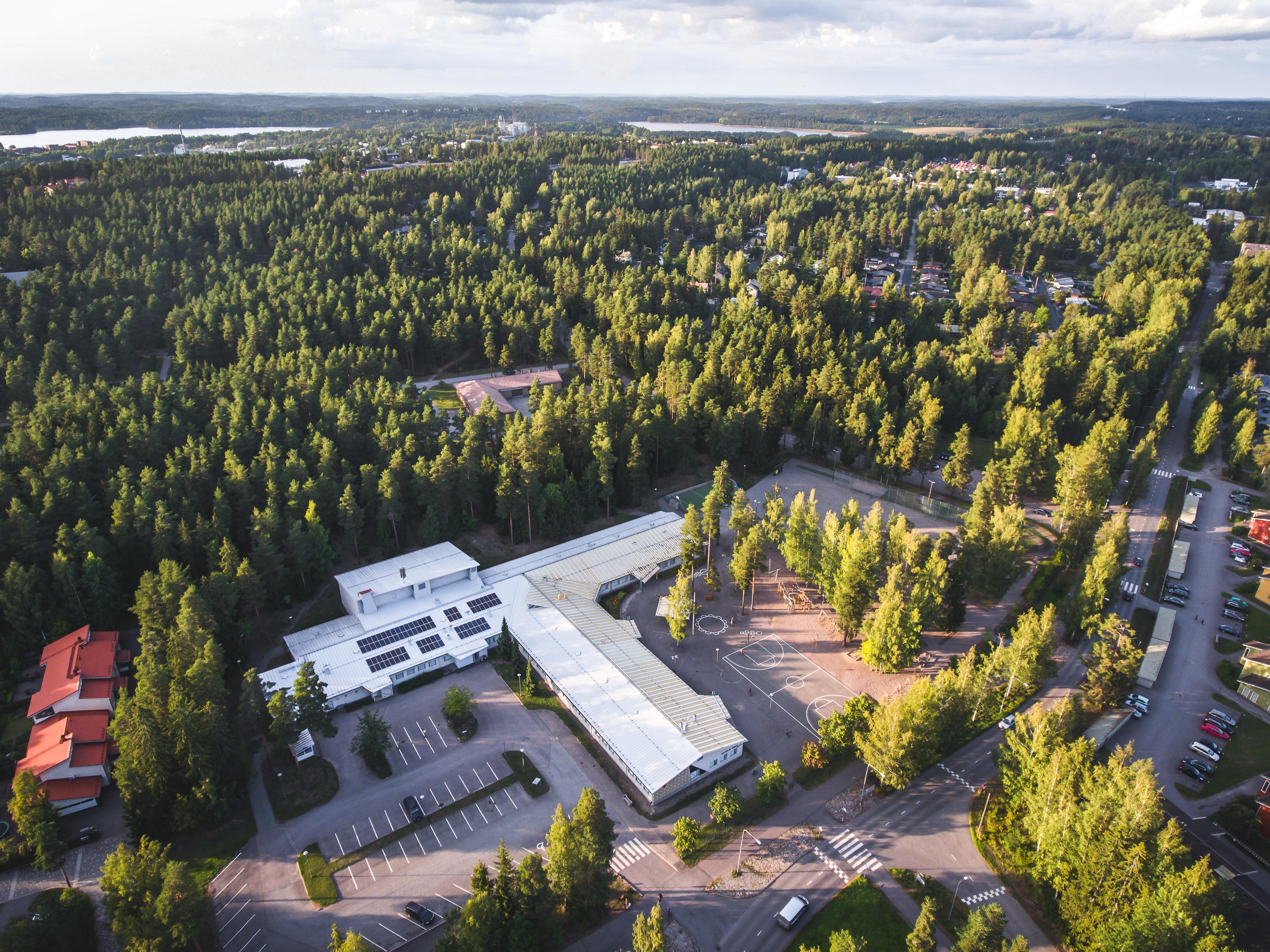 Ilmakuva Metsolan koulun katolle asennetuista aurinkopaneeleista.