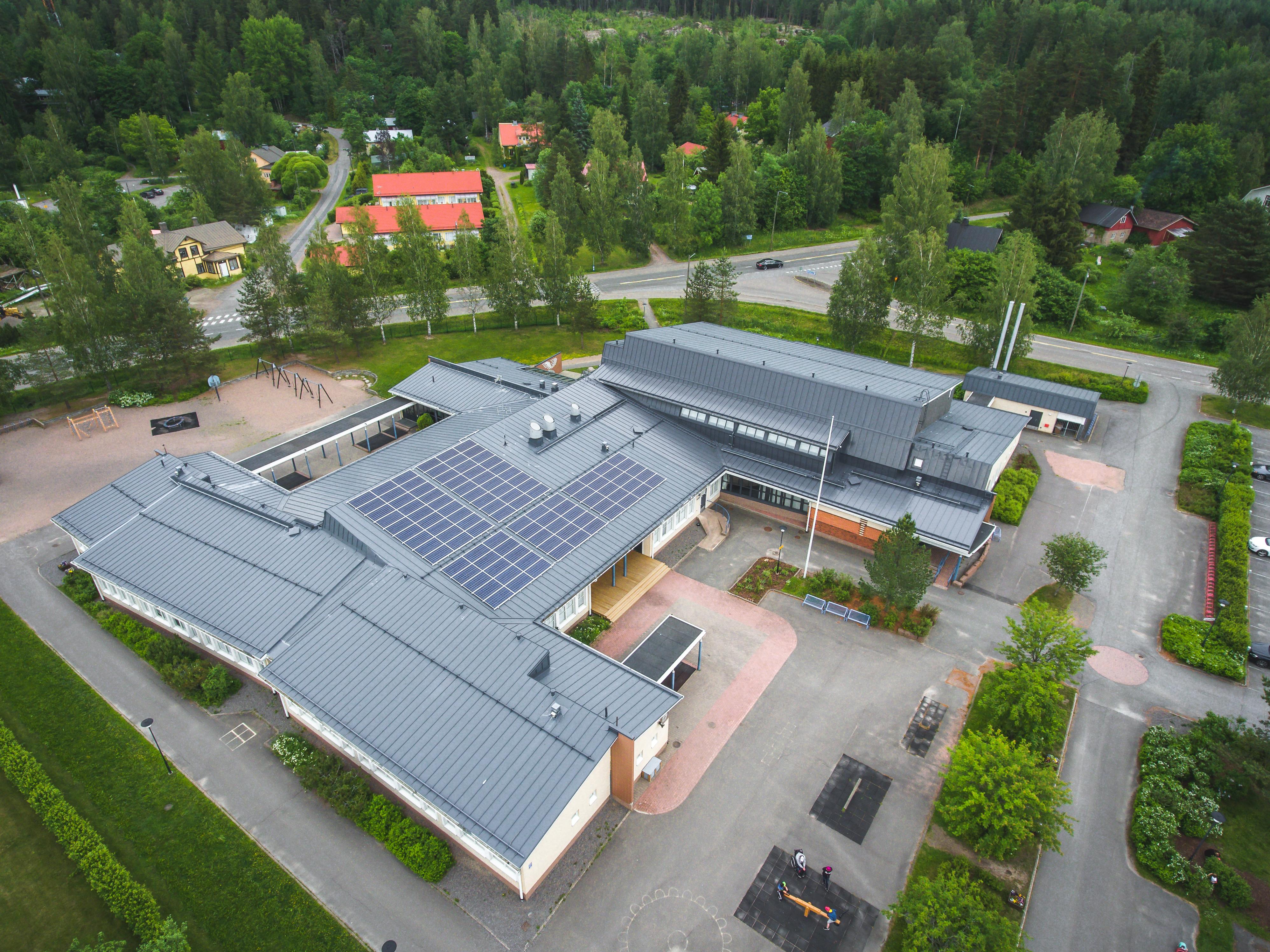 Ilmakuva Pusulan koulun katolle asennetuista aurinkopaneeleista.