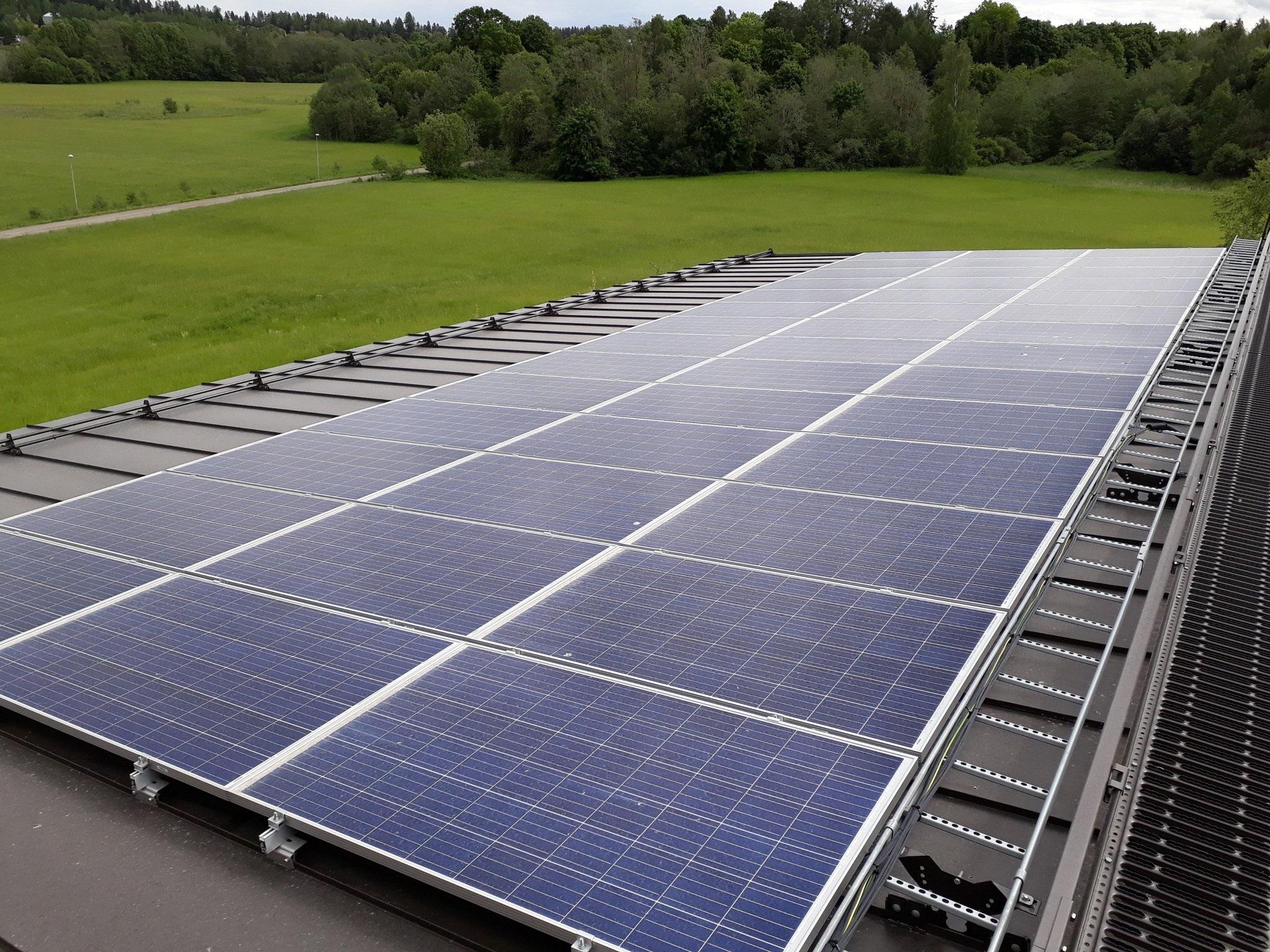Ilmakuva Tytyrin vesilaitoksen katolla sijaitsevista aurinkopaneeleista.