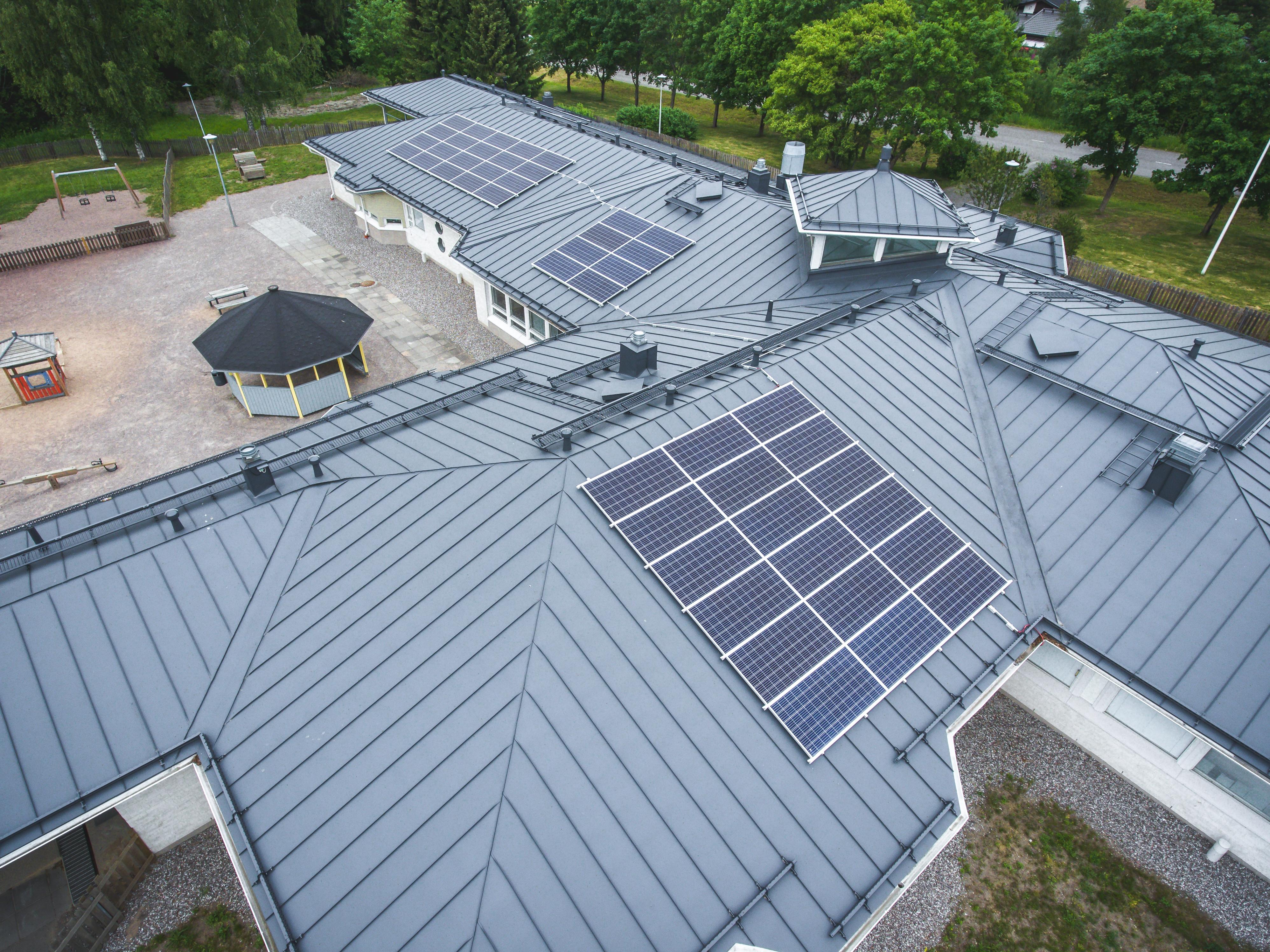 Ilmakuva Vieremän päiväkodin katolla olevista aurinkopaneeleista.