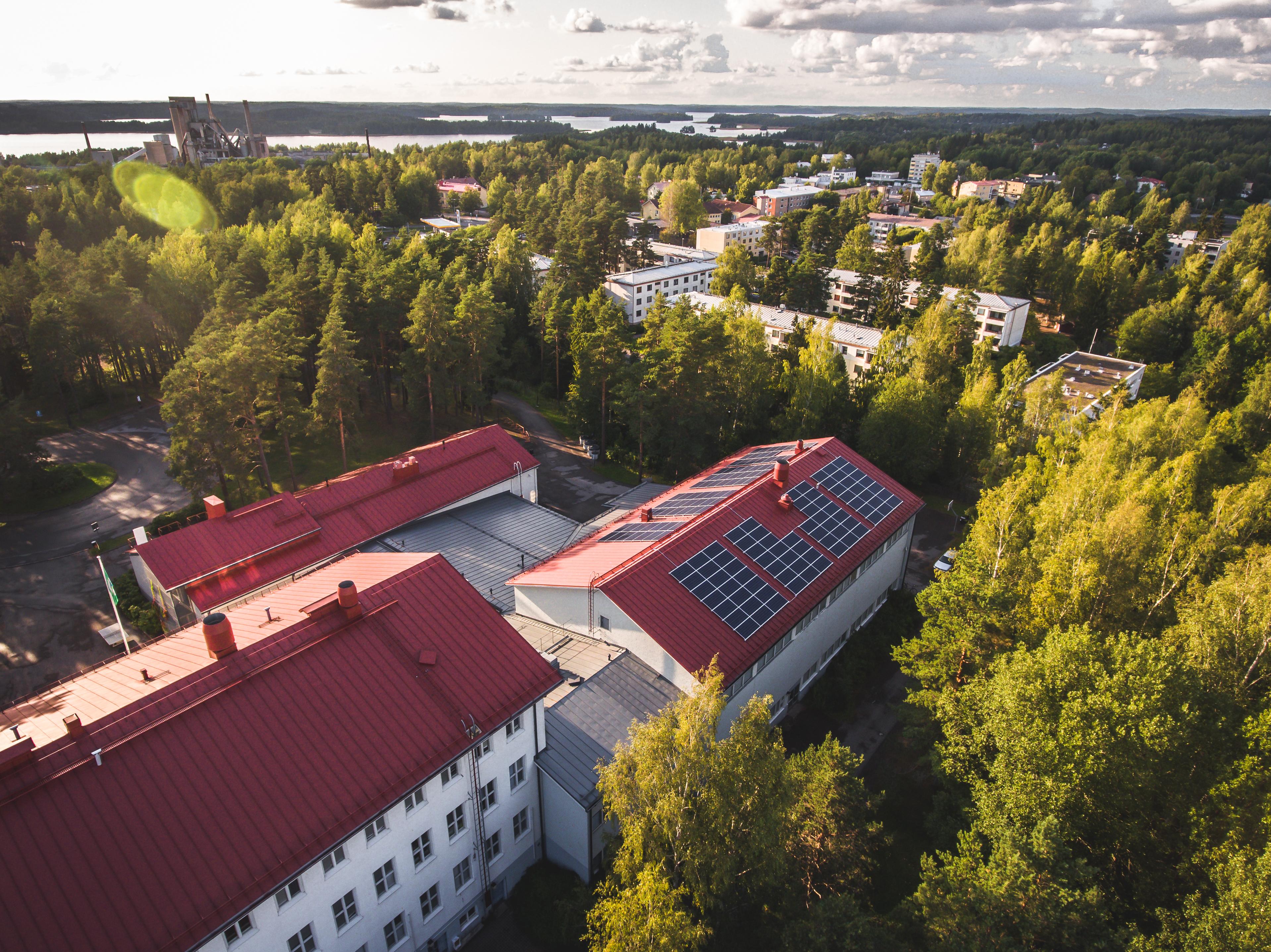Ilmakuva Källhagenin koulun katolle asennetuista aurinkopaneeleista.
